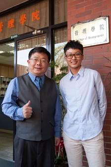 獲選十大青年旅行家的劉宜欣同學與管院院長李清潭教授合影