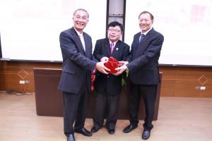 管院校友會會長交接(由左至右:張永義學長、李清潭院長、雷組鋼學長)
