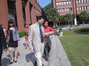 黃賀前院長親自帶領四川大學教授們進行校園巡禮