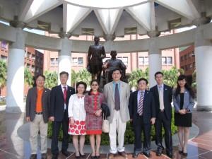 四川大學商學院教授於蔣公銅像前合影