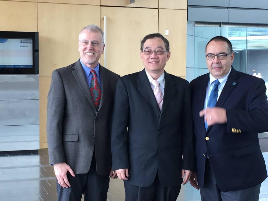 梁定彭老師(中)與另一位得獎人Joey George(左)及AIS 會長Helmut Krcmar(右)合影