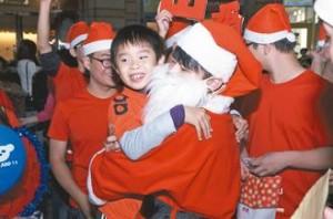 中山大學資管所學生於耶誕節前夕自發性舉行「Free Hugs」擁抱活動。圖/中山大學資管系提供