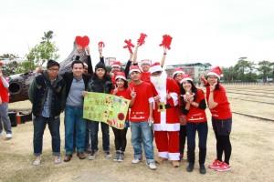 中山大學資管所學生於耶誕節前夕自發性舉行「Free Hugs」擁抱活動。 圖/中山大學資管系提供