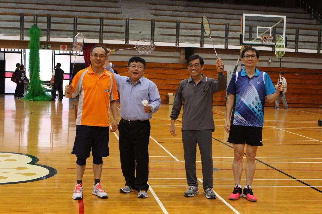 (由左至右)理學院徐洪坤院長、管院李清潭院長、陳英忠研發長及陳嘉平副教務長共同開球。