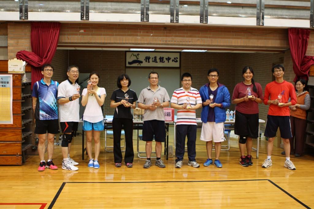 財管系鄭義老師(左二)和王安岑助理(左三)奪下幼菜鳥組冠軍