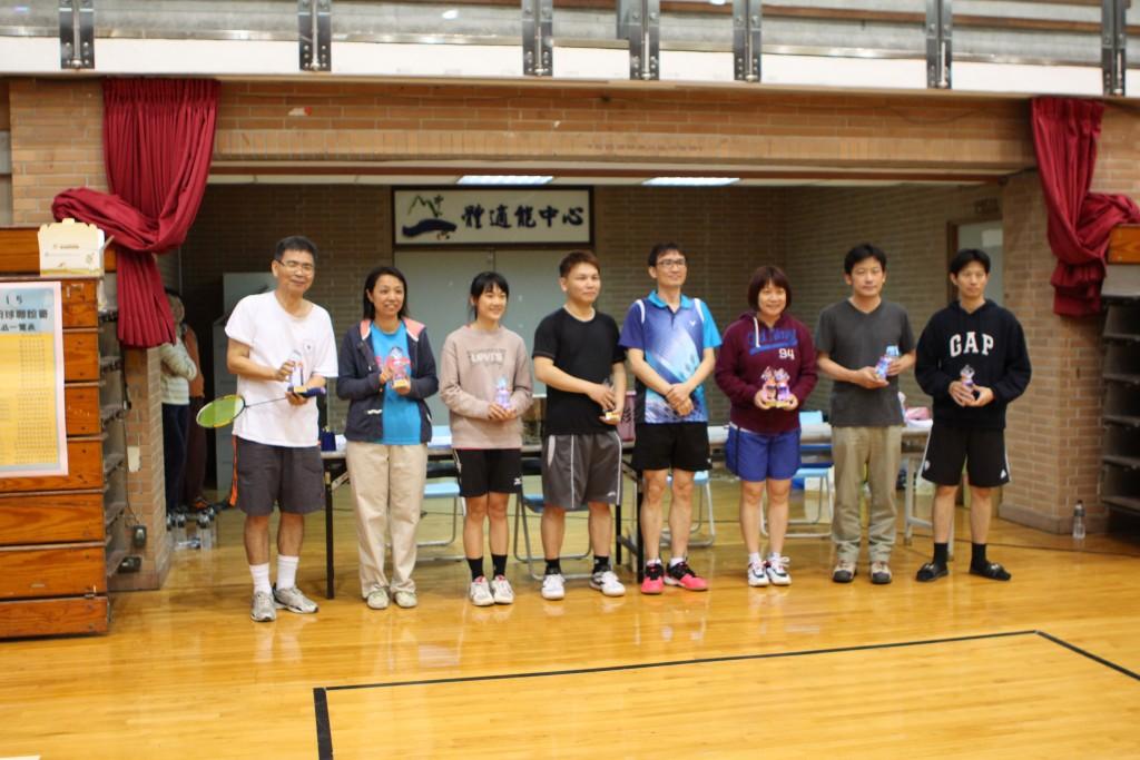 資管系趙善中老師(左一)和梁小青助理(左二)獲得小菜鳥組第一名