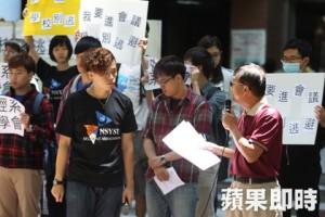 不滿學生無法參與行政會議,中山大學學生在校園內召開「我要進會議,學校別逃避」記者會。(謝承浩攝)