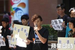 中山大學學生會會長鄧宇佑認為學生代表在校務會議上根本來不及表達意見。(謝承浩攝)