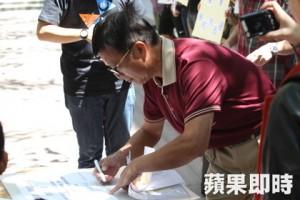 中山大學簡任秘書楊育成也在現場簽署同意書。(謝承浩攝)