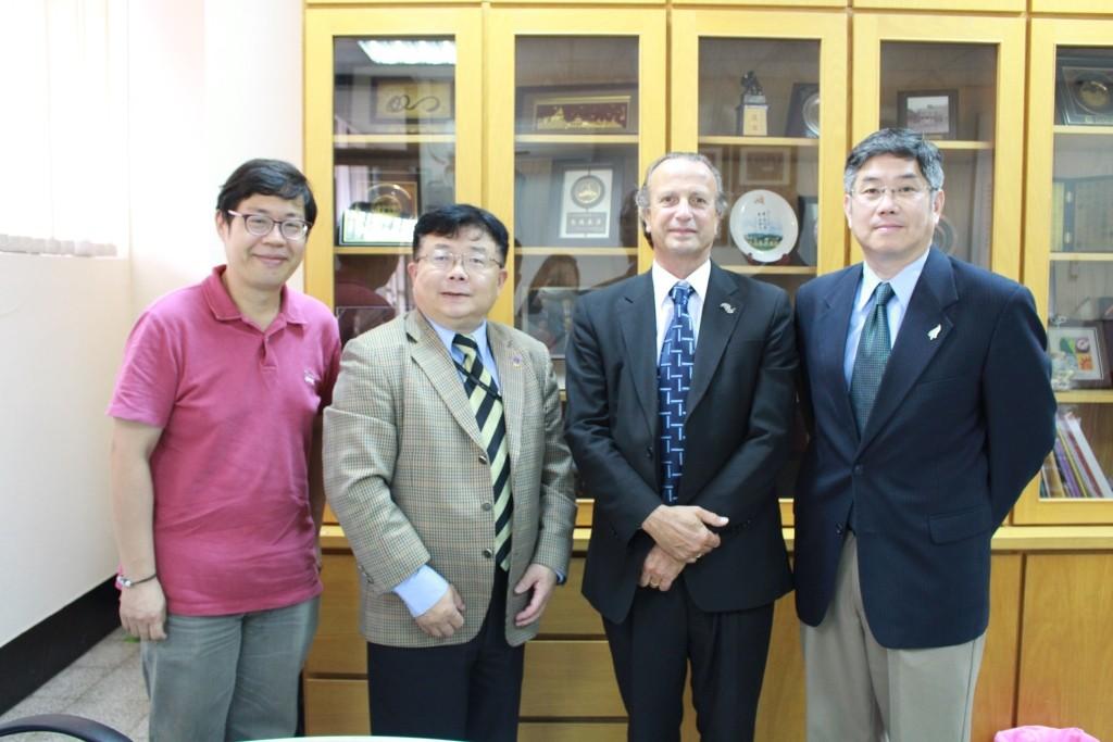 張德民老師、李清潭院長、Dr. Ed Weymes、陳永福主任合影