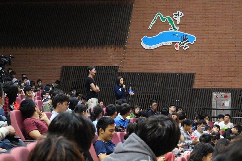 現場座無虛席,學生踴躍提問