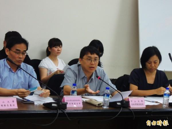 中山大學企管系助理教授佘健源(中)認為,人潮不等於錢潮,廉價中客團對台灣觀光發展沒幫助。(記者葛祐豪攝)