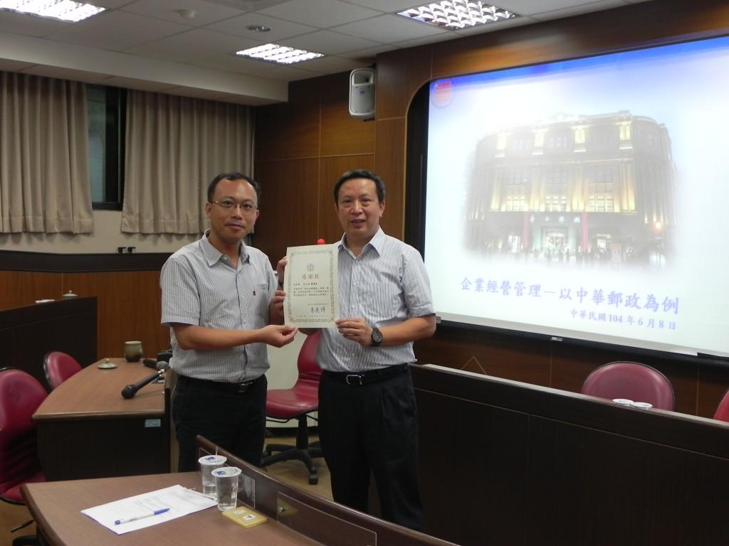 財管系李健強主任贈感謝狀予翁文祺董事長