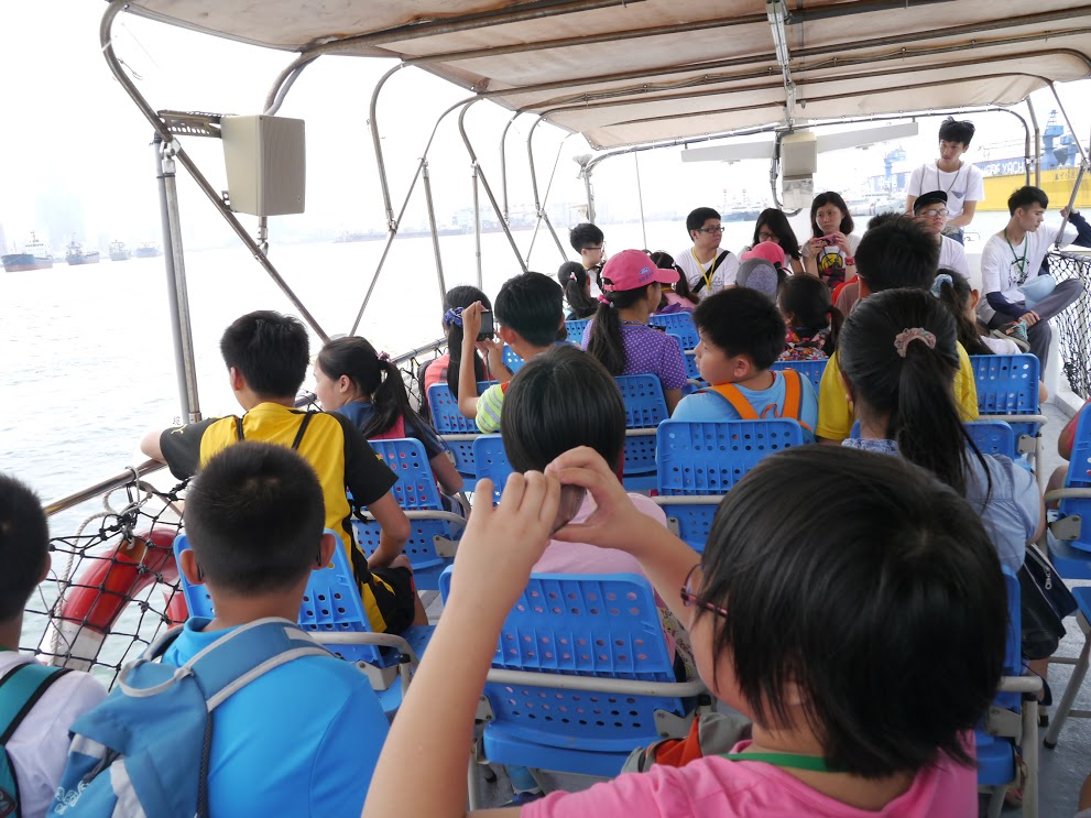 搭社區遊艇一覽高雄港風光