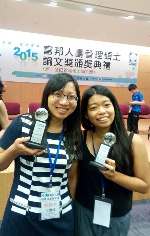 行傳所得獎學生王璽瑋(左)和蘇安妮(右)領獎後開心合影