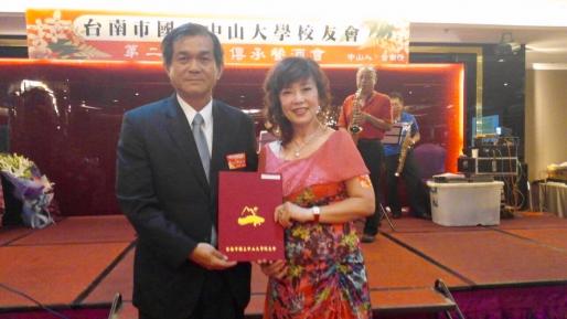 國立中山大學校長楊弘敦(左)頒發當選證書給台南市中山大學校友會理事長陳素蓁。 (記者蔣謙正攝)