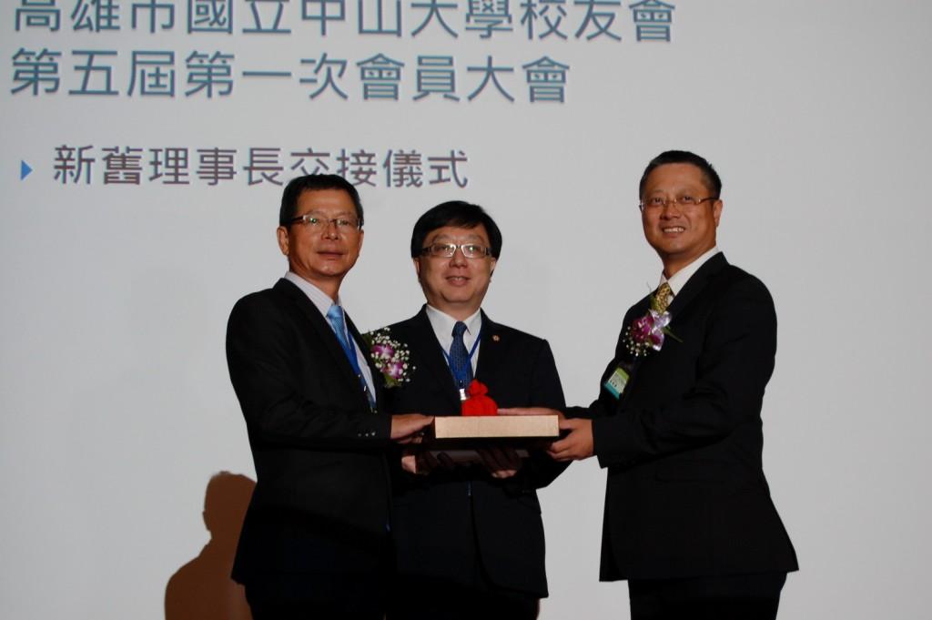 黃烱輝學長(右)接任理事長