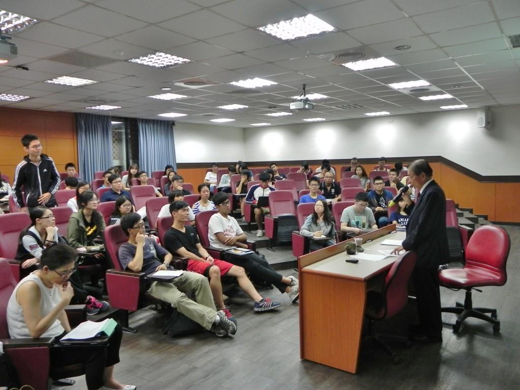 黃敏助最高顧問接受聽講同學的發問並解答。