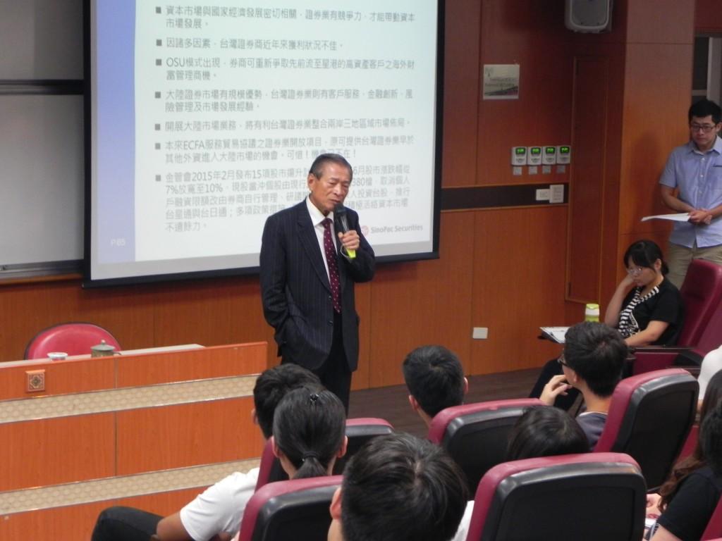 黃敏助最高顧問於課堂中為同學帶來精彩的社會趨勢新知。