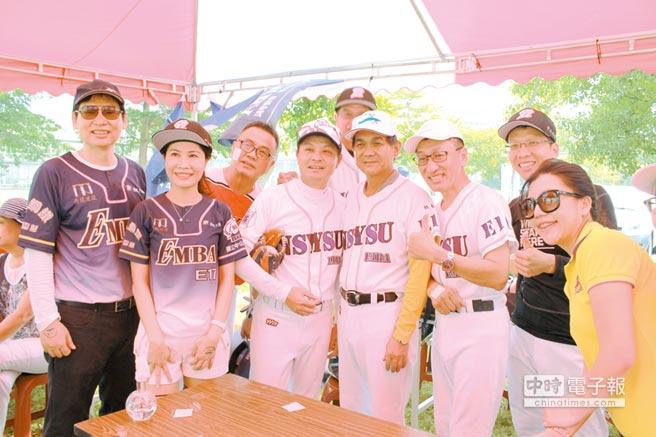 中山大學校長楊弘敦(右四)前往替隊員打氣。圖/業者提供