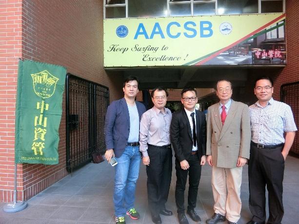 馬逸騰和系友會第六屆會長陳俊銘、我、管院校友會副秘書長黃泰嶂、系友會第一屆會長施富川合影(由左至右)