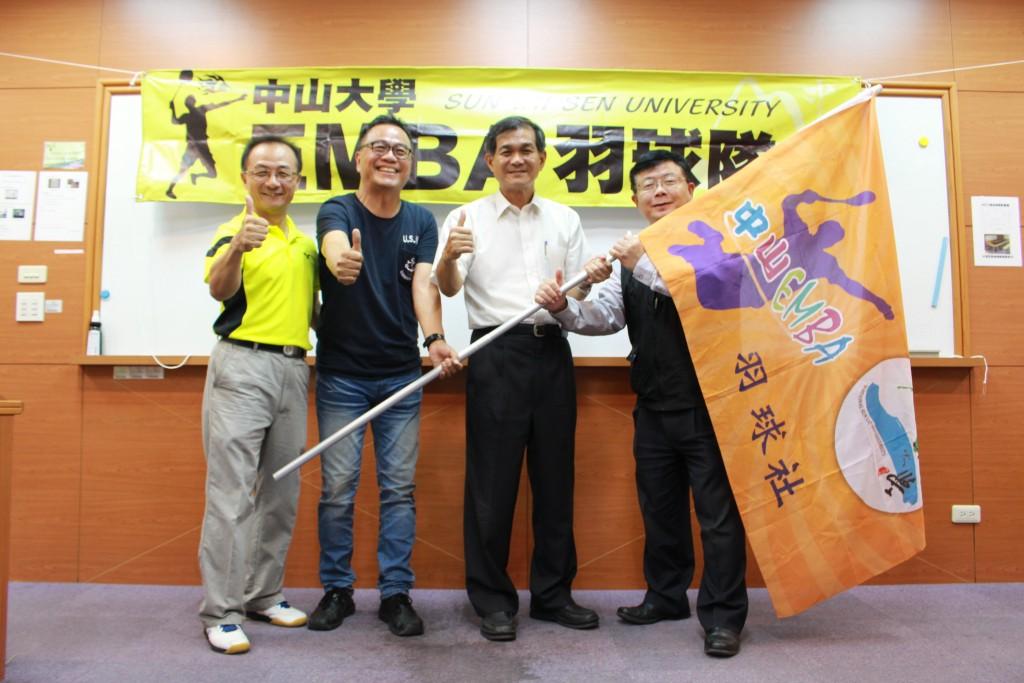中山羽球隊授旗儀式(由右至左:李清潭院長、楊弘敦校長、林東清執行長、e17宋炳憲學長)