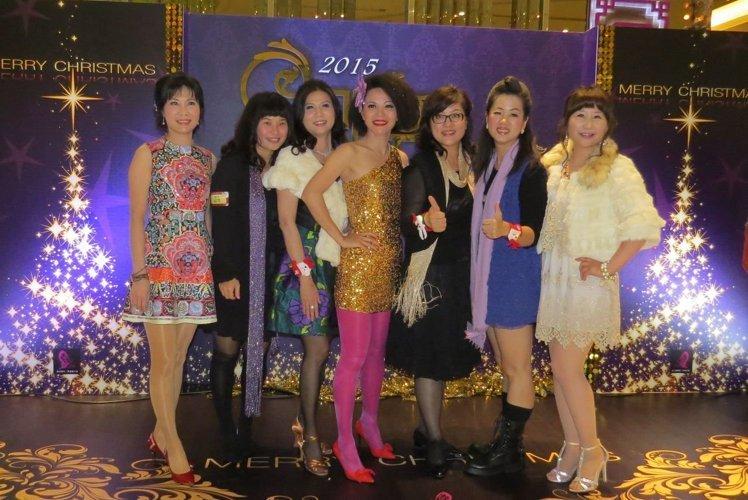 中山EMBA的女學員盛裝打扮,在主背板前留下美麗倩影。 李福忠/攝影