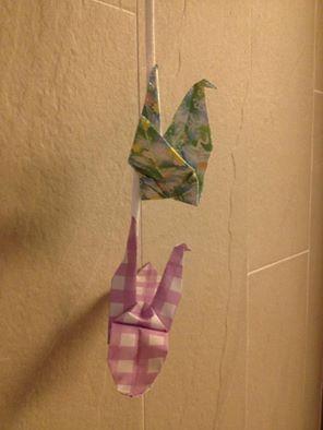 王老師病床邊掛著學身親手摺的紙鶴