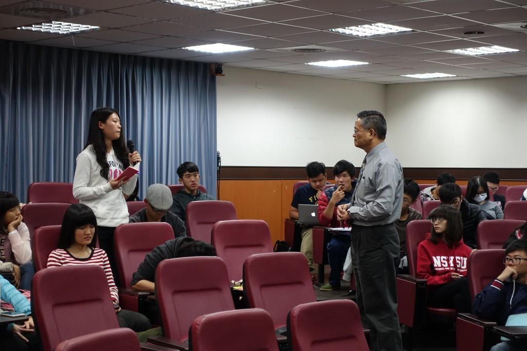 陳樹董事長接受聽講同學的發問並解答