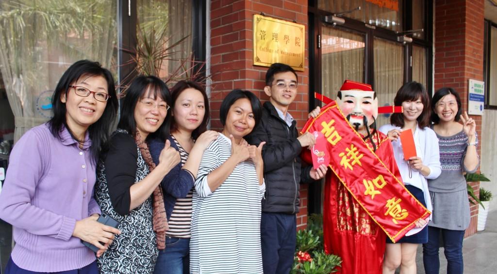 陳世哲院長(左五)、王紹蓉老師(右二)及管院同仁祝大家元宵節快樂!