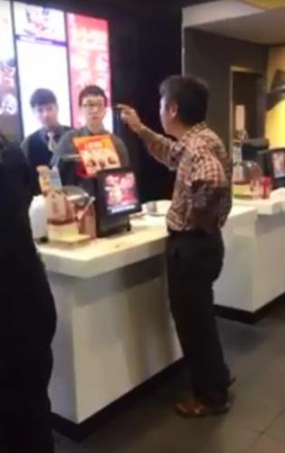 台灣近年出現不少奧客,圖為一名中年男子走進新竹市經國路一家麥當勞,點了280個雙層牛肉漢堡後一去不回,店家損失慘重。翻攝照片