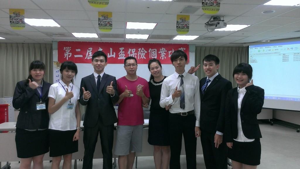 柯博譯(左三)大二時參與南山人壽保險個案競賽