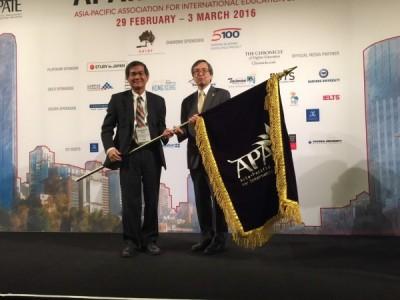 中山大學校長楊弘敦(左)接過會旗,宣示接手明年主辦權。(記者洪定宏翻攝)