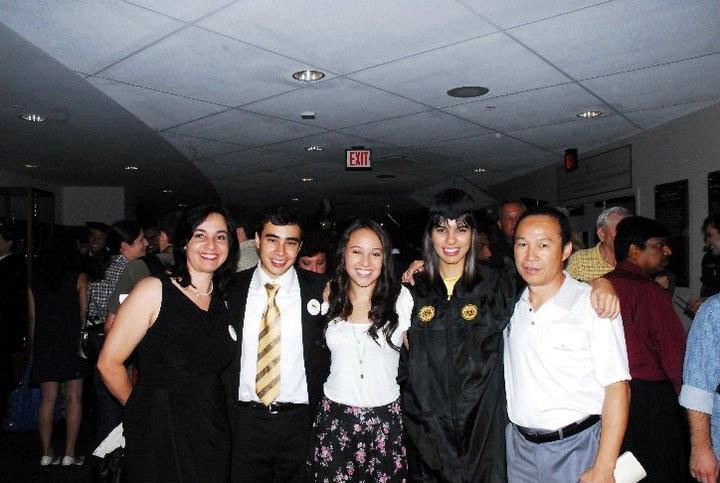 大學畢業典禮與家人合照,左起媽媽、弟弟、妹妹、Ariana、爸爸