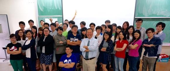 楊立新博士(前排右五)受邀至東華大學管理學院與博碩士生、教授交流,分享創新、創業、挑戰的經驗與東華師生合影