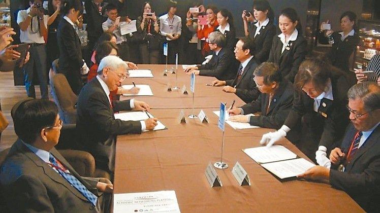 台菲5校昨天簽署聯合宣言,成立台菲學術媒合網路平台。 記者王昭月/攝影