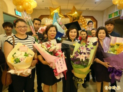 中山大學EMBA今天畢業典禮,親友們大陣仗向畢業生獻花祝賀。 (記者張忠義攝)