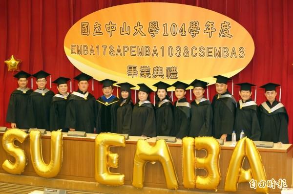 中山大學EMBA12位企業家畢業生,將個人創業與經營智慧,共同出書獻給學校。 (記者張忠義攝)