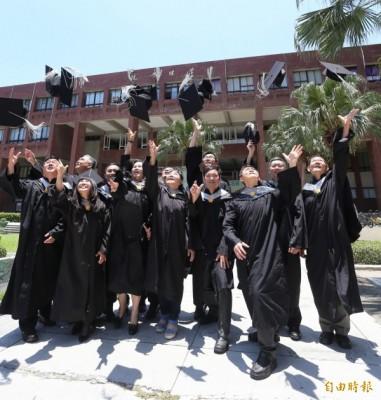 企業家畢業生將個人創業與經營智慧,共同出書獻給學校,不僅作為畢業的感恩獻禮,也深具傳承學弟妹意味。 (記者張忠義攝)