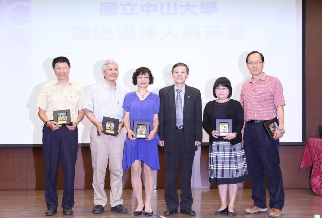 吳濟華代理校長(右三)與現場退休人員合影