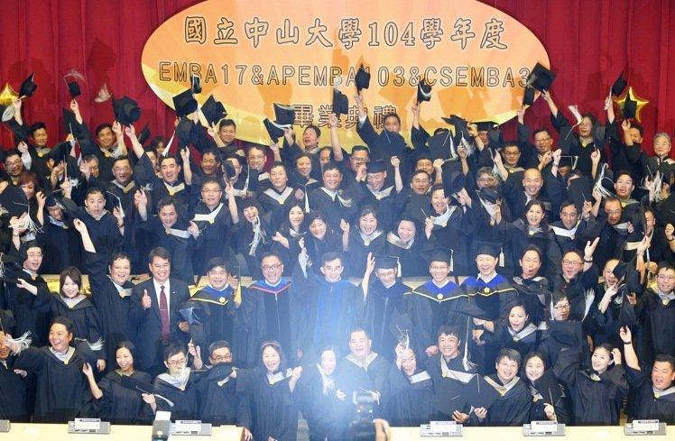 國立中山大學EMBA 今年總共有112位畢業生來自各行各業的領導人,記者劉學聖/攝影