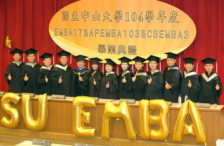 國立中山大學EMBA E17級的12位企業家學員,將自己的個人的創業歷程與經營智慧共同出書獻給學校,記者劉學聖/攝影