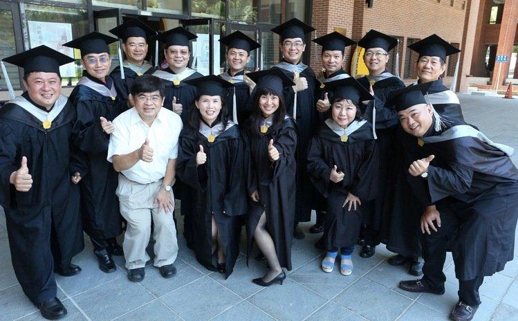 國立中山大學EMBA E17級的12位企業家學員,將自己的個人的創業歷程與經營智慧共同出書獻給學校2,記者劉學聖/攝影