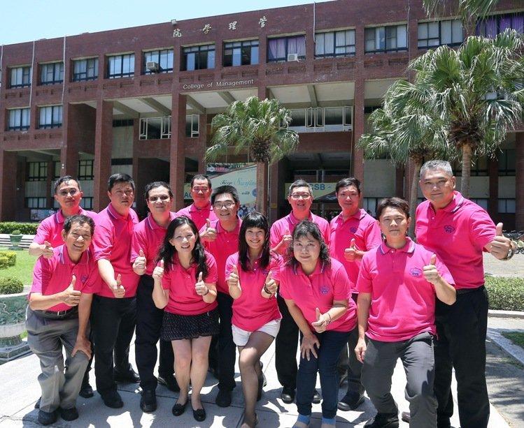 國立中山大學EMBA E17級的12位企業家學員,將自己的個人的創業歷程與經營智慧共同出書獻給學校4,記者劉學聖/攝影