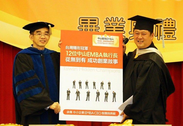 國立中山大學EMBA E17級的12位企業家學員,將自己的個人的創業歷程與經營智慧共同出書獻給學校5,記者劉學聖/攝影