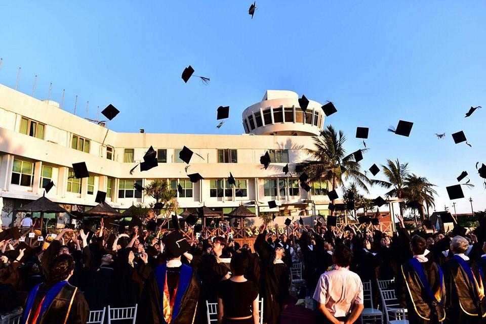 學生拋畢業帽