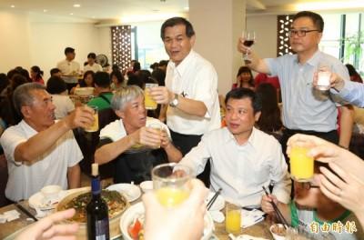 新任科技部部長楊弘敦(中)到場向每一位畢業生祝賀。 (記者張忠義攝)