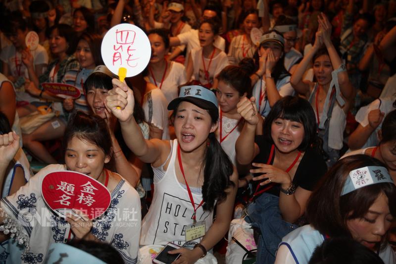 華航空服員罷工事件露出曙光,勞資雙方代表24日晚間在勞動部勞資協商,關於工會提出的7項訴求,雙方已達共識。(中央社檔案照片)