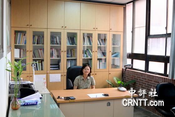 譚躍說,她非常喜歡依山傍海的中山大學,也喜歡自己的寬敞明亮的研究室,她願意在這裡幫助更多的人。(中評社 高易伸攝)