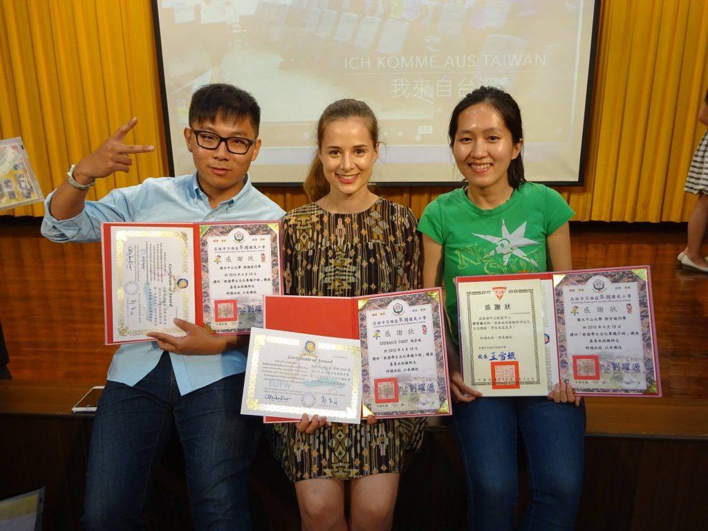 (由左至右)孫建恆、Stephanie、郭芳瑜同學